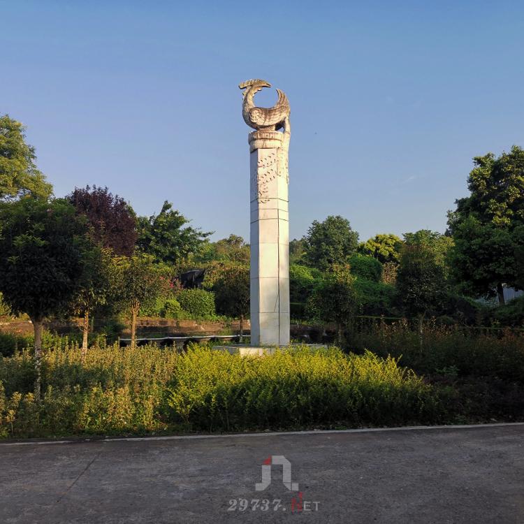 离市区约6km的成都音乐公墓畔凤凰山凤凰陵园成都的老牌公墓