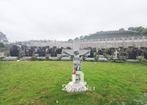 红枫艺术陵园给亡人一个安静的家:坐北坐西山体平地兼有的墓园